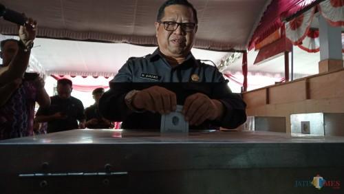 Maryoto Birowo saat memasukan surat suara ke dalam kotak suara (foto : Joko Pramono/ Jatim Times)