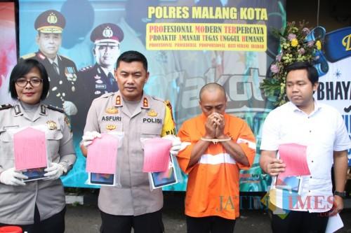 Pelaku (baju orange) saat dirilis di Polres Malang Kota (Anggara Sudiongko/MalangTimes)
