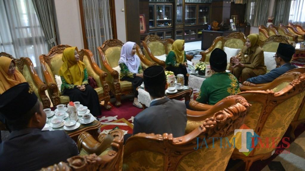 Pengurus PC IPNU dan IPPNU saat bertemu dengan Bupati Jember dr. Hj. Faida MMR di Pendopo Wahyawibawagraha (foto : istimewa / Jatim TIMES)