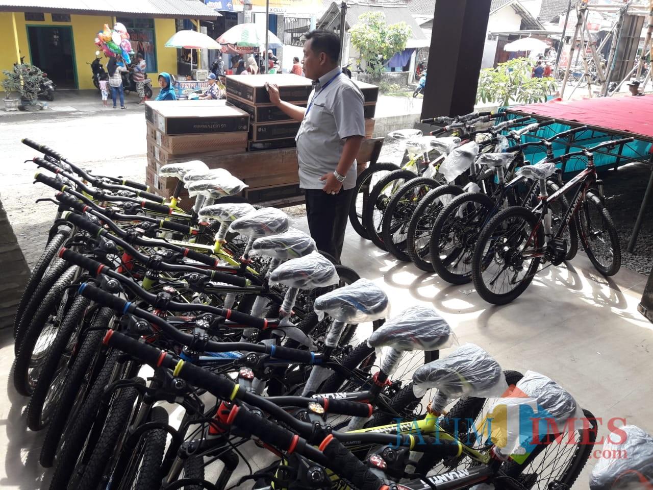Sejumlah sepeda dan dorr prize yang dibagikan untuk meningkatkan partisipasi masyarakat (foto : Joko Pramono/Jatim Times)