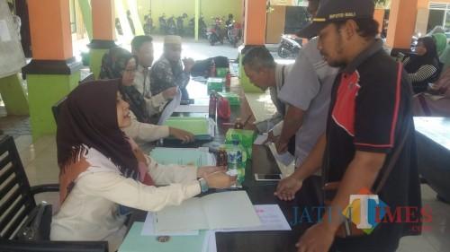 Situasi penyerahan sertifikat program PTSL di pendopo Desa Paowan (Foto Sony Haryono / Situbondo TIMES)