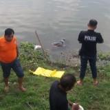 Tim inafis Polres Jombang saat melakukan proses evakuasi mayat di bibir sungai brantas, Desa/Kecamatan Kesamben, Jombang.(Istimewa)