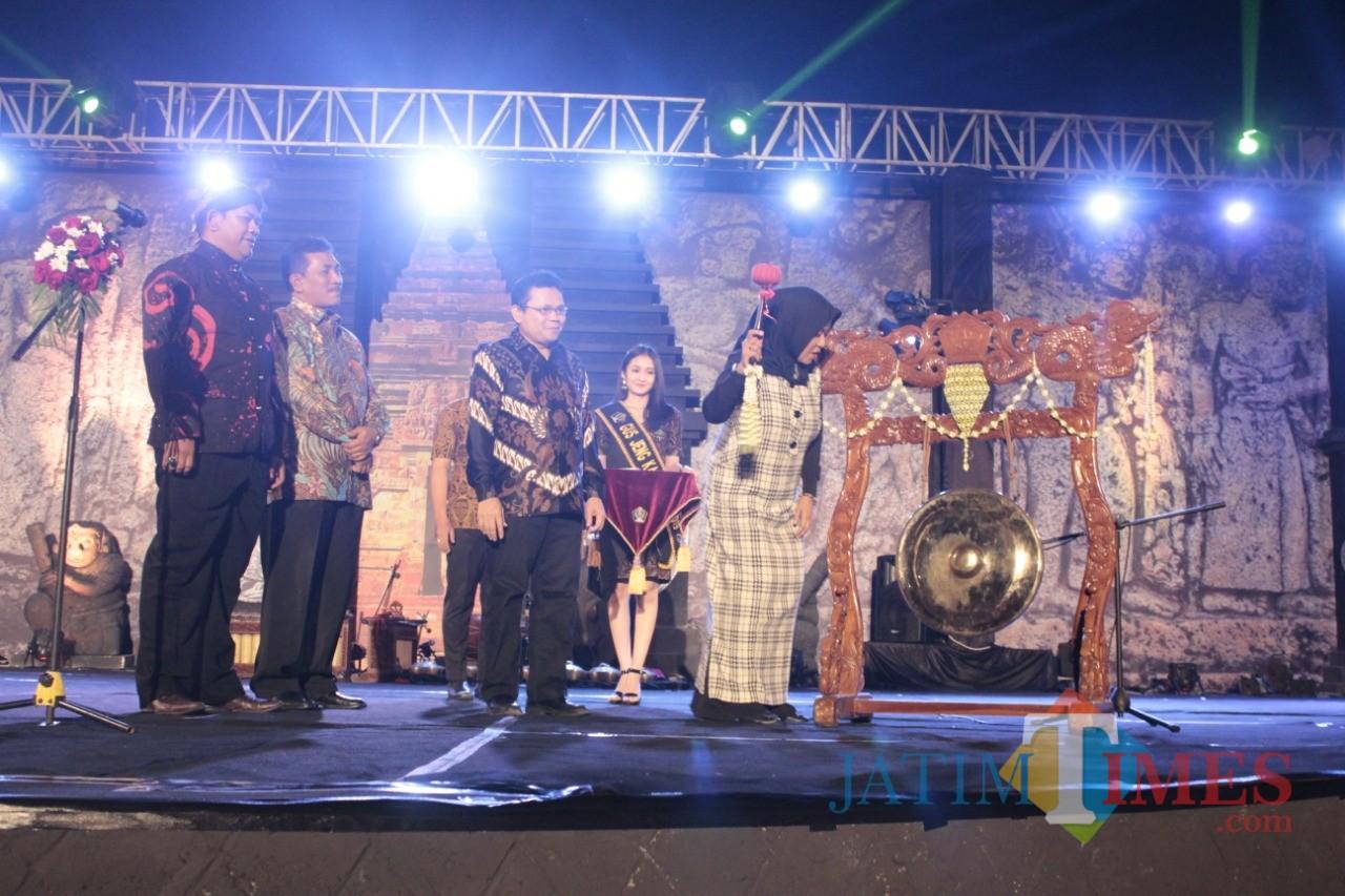 Asisten Ekonomi dan Pembangunan Pemkab Blitar Tuti Komaryati mewakili Bupati membuka Festival Panji Nusantara.(Foto : Aunur Rofiq/BlitarTIMES)