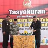 Kabag Sumda Polres Banyuwangi memotong tumpeng pada tasyakuran HUT Bhayangkara