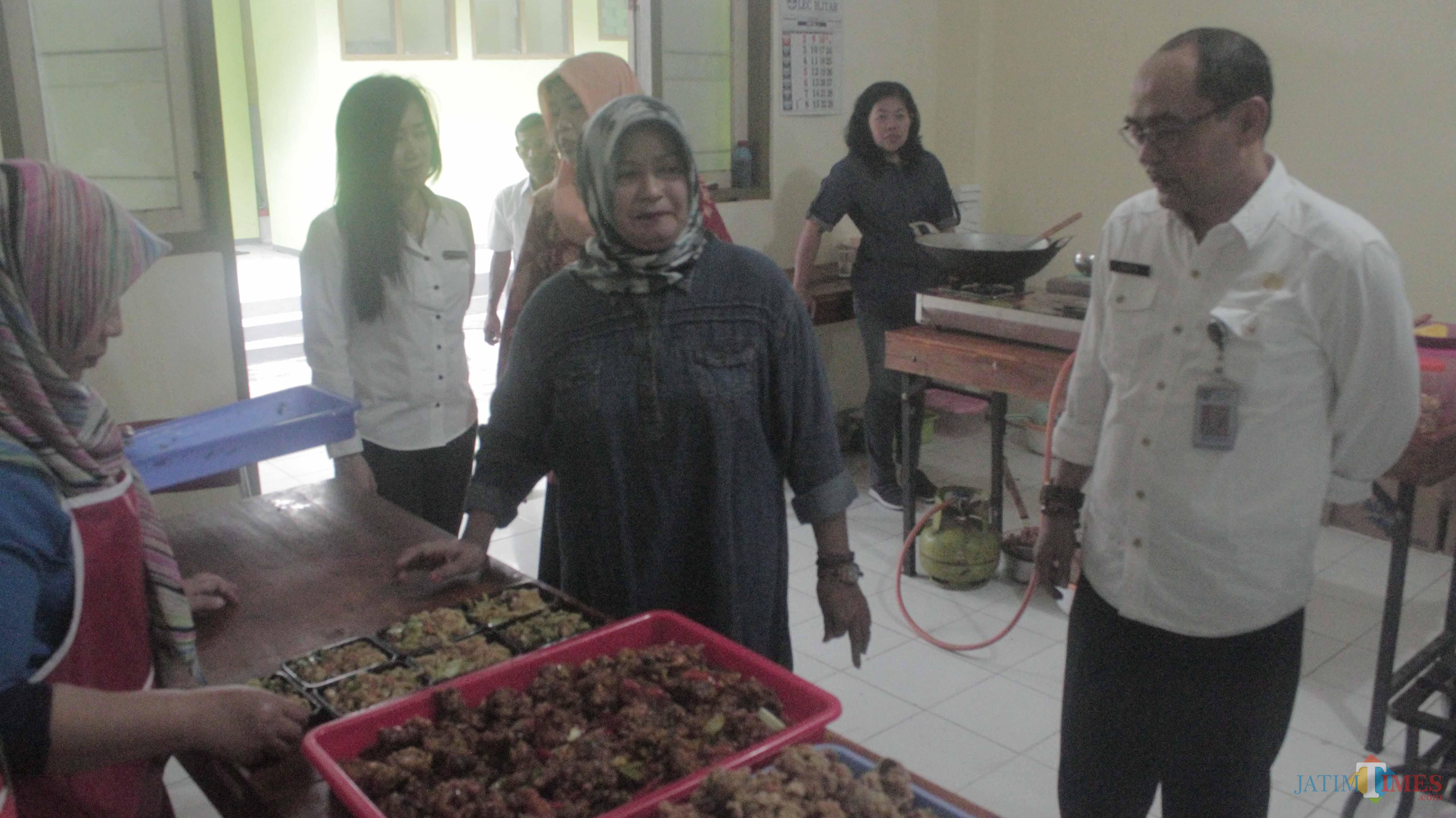 Kepala Disnaker Pemkab Blitar Haris Susianto meninjau pelaksanaan pelatihan tata boga.(Foto : Aunur Rofiq/BlitarTIMES)