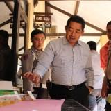Mengenakan kemeja Putih, Kasat Reskoba Polres Jombang melihat proses tes urine dari personel baru Polres Jombang. (Foto : Adi Rosul / JombangTIMES)