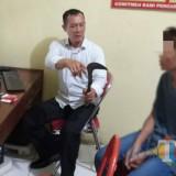 Penyidik tunjukkan tersangka dan sebilah sabit sebagai barang bukti / Foto : Dokpol / Tulungagung TIMES