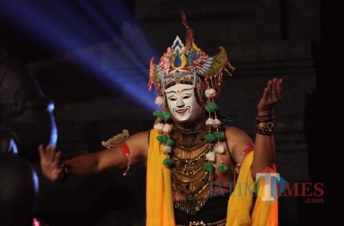 Pertunjukan sendratari Rabine Panji menjadi pra-acara Festival Panji Nusantara 2019 di Kota Malang. (Foto: Yogi Iqbal/MalangTIMES)