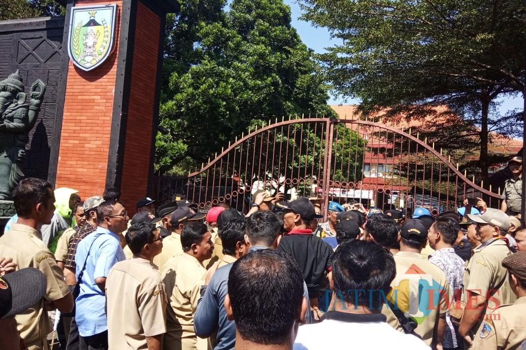 Ratusan Kepala Desa Geruduk Kantor Bupati Kediri. Foto ( Bambang Setioko/ JatimTIMES)