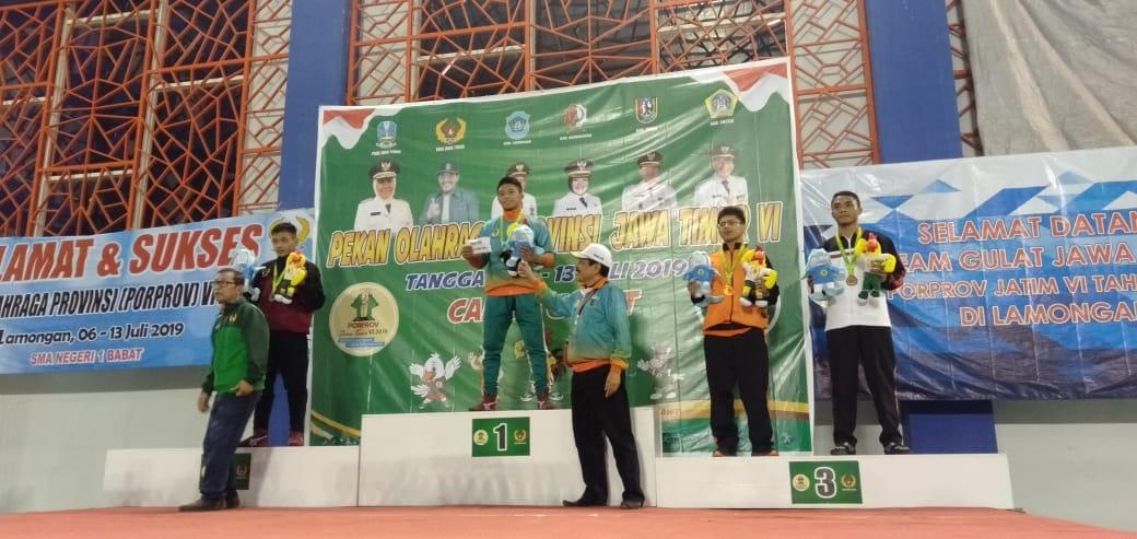 Atlet gulat Kota Batu saat menerim medali (Foto: istimewa)