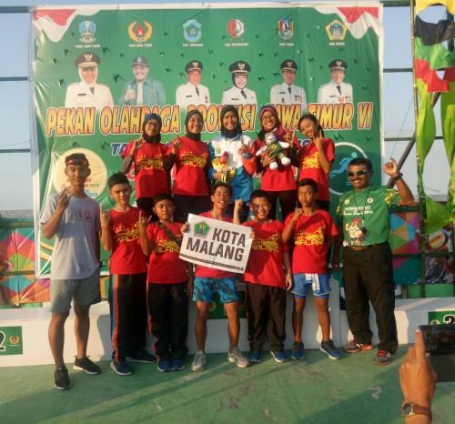 Atlet sepatu roda Kota Malang saat berfoto bersama di podium (Perserosi for MalangTIMES)