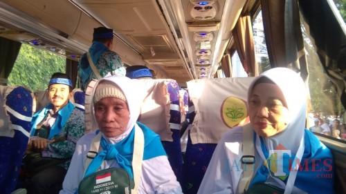Beberapa calon jamaah haji yang bersiap diberangkatkan (foto: Arifina Cahyanti Firdausi/MalangTIMES)