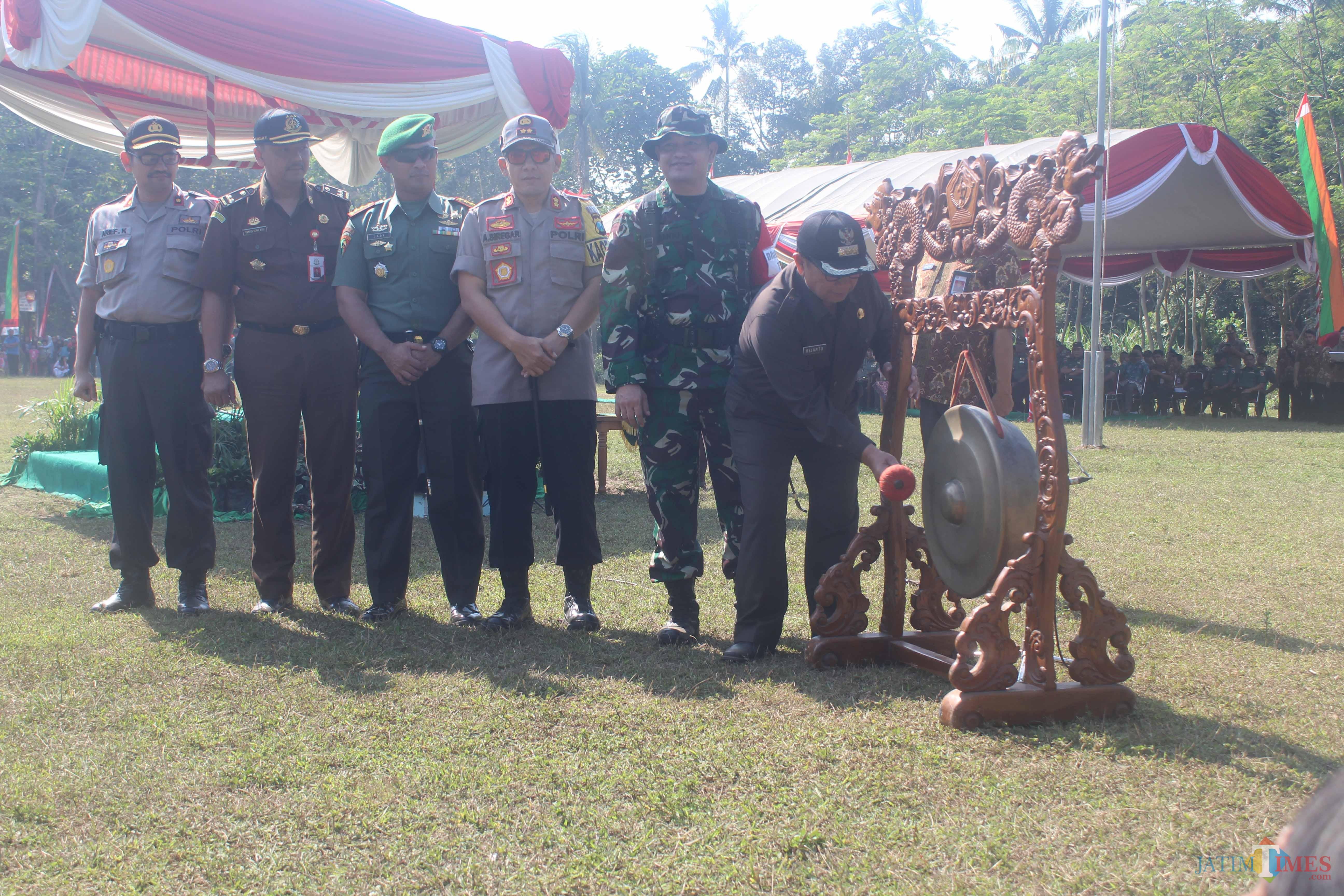 Bupati Blitar membuka program TMMD ke 105 di Desa Karangbendo (Foto : Aunur Rofiq/BlitarTIMES)