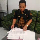 Bupati Lumajang H. Thoriqul Haq M.ML ketika menyiapkan sejumlah berkas menjelang pemeriksaan di Surabaya. (Foto : Moch. R. Abdul Fatah / Jatim TIMES)