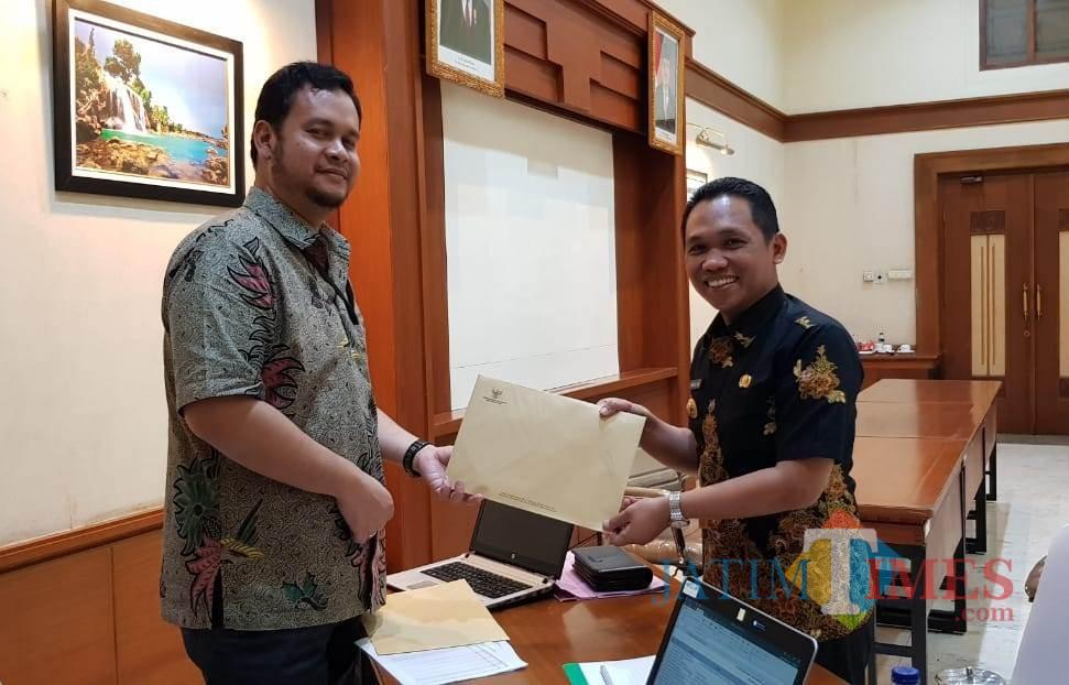 Bupati menerima berkas hasil pemeriksaan dan verifikasi kekayaan oleh KPK di Surabaya (Foto : Moch. R. Abdul Fatah / Jatim TIMES)