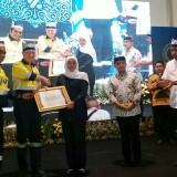 Gubernur Jawa Timur Khofifah Indar Parawansa menyerahkan piagam penghargaan pada manajemen PT. BSI