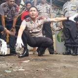 Kapolres Probolingg Kota AKBP Alfian Nurrizal, menunjuk almari yang kacanya janya retak di dekat lokasi ledakan (Agus Salam/Jatim TIMES)