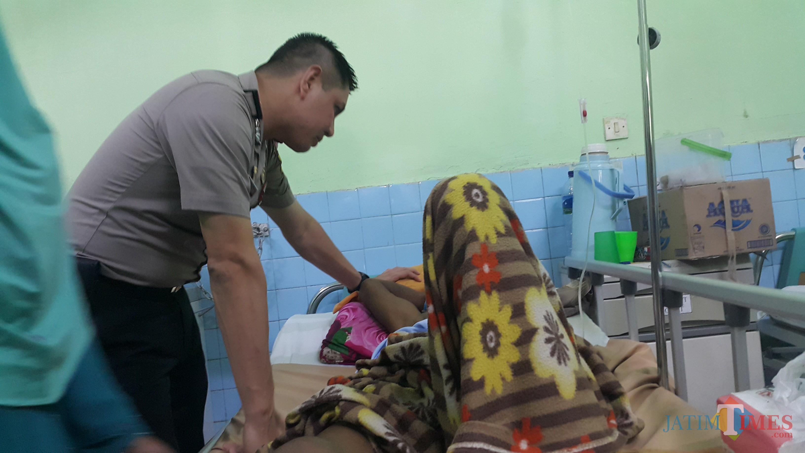 Kapolres Probolingg Kota AKBP Alfian Nurrizal, saat menjenguk korban ledakan di RSUD dr Muhammad Saleh (Agus Salam/Jatim TIMES)
