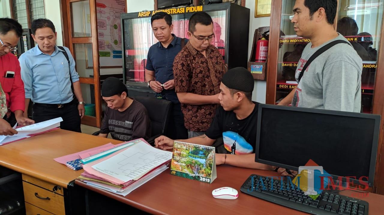 Kedua tersangka kasus pembunuhan (duduk) disertai mutilasi di samping para pengacara saat di Kejaksaan Negeri Kabupaten Kediri. (eko Arif s /JatimTimes)