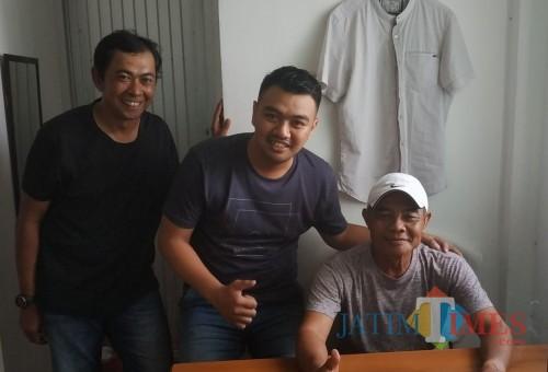Pelatih kepala cabor sepak bola Kabupaten Tuban, Edi Sutrisno (paling kanan) (foto: Hendra Saputra)