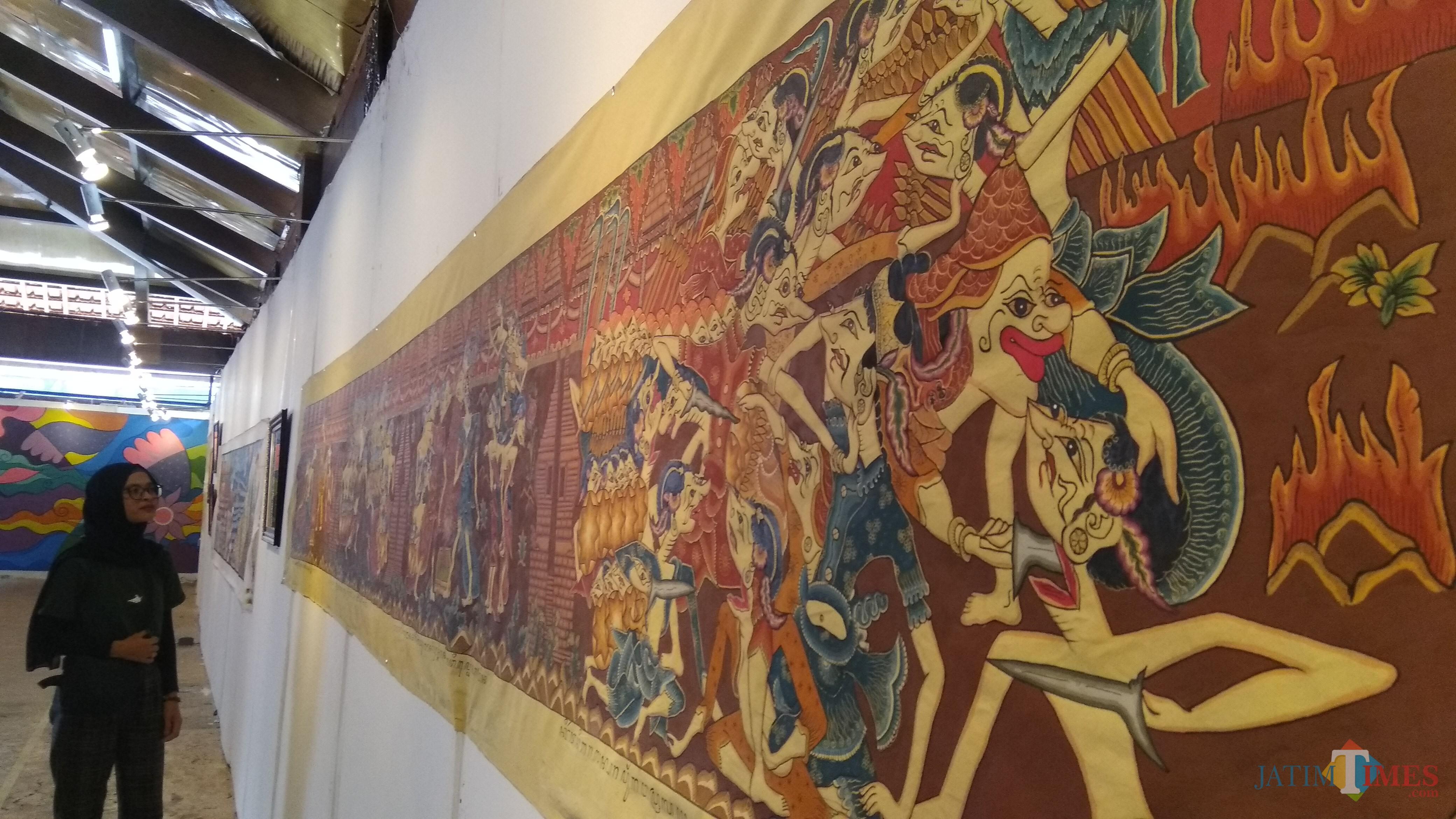 Pengunjung melihat wayang beber klasik yang ditampilkan dalam Pameran Visual Budaya Panji di Kota Malang. (Foto: Nurlayla Ratri/MalangTIMES)