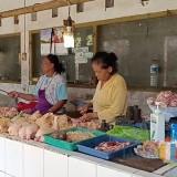 Penjual daging ayam di Pasar Legi Kota Blitar