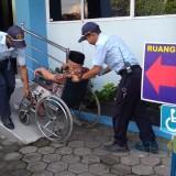 Petugas kantor Imigrasi Jember saat memberikan layanan kepada lansia yang mau mengurus Paspor (foto : M. Ali Makrus / Jatim TIMES)