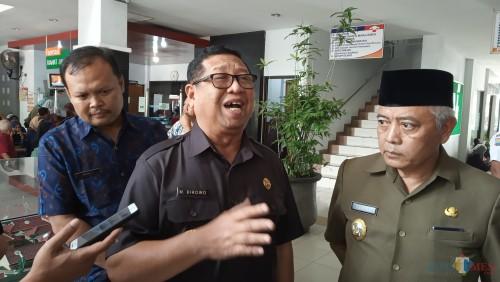 Plt Bupati Tulungagung, Maryoto Birowo (baju hitam) dan Plt Bupati Malang, Sanusi (berpeci) saat di RSUD dr. Iskak(foto : Joko Pramono/Tulungagungtimes)