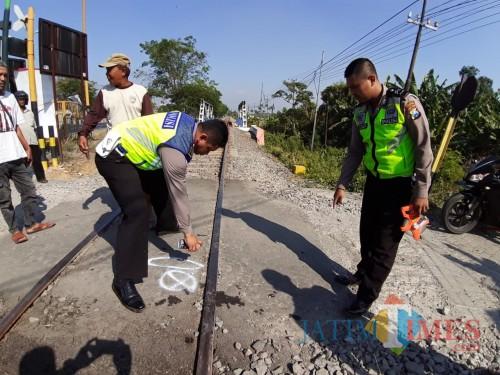 Polisi melakukan olah TKP