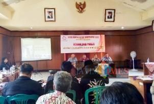 Stakeholder KPH Banyuwangi Barat saat menyampaikan presentasinya di hadapan audiens