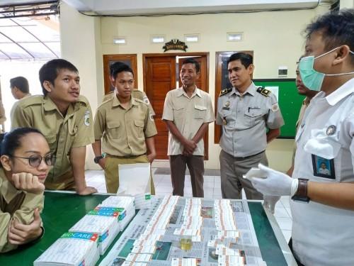 Para pegawai ATR / BPN Kabupaten Tulungagung saat lakukan test urin oleh BNN (Foto : Anang Basso / TulungagungTIMES)