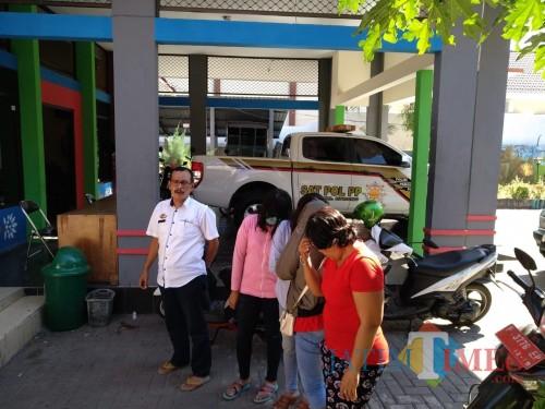 4 PSK saat dibawa ke Kantor Satpol PP (Foto: Sony Haryono / SitubondoTIMES)