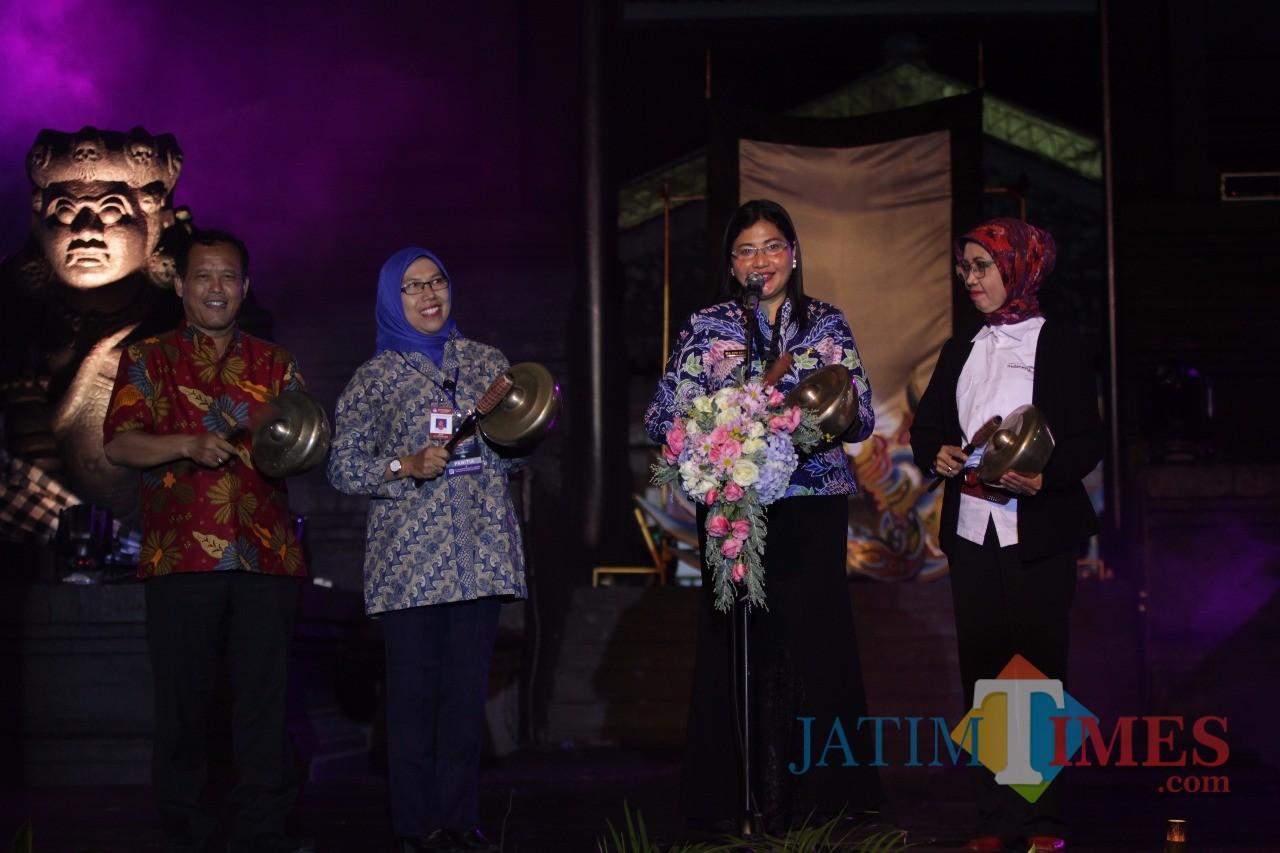 Kepala Disbudpar Kota Malang Ida Ayu Made Wahyuni saat membuka Festival Panji Nusantara 2019. (Foto: Yogi Iqbal/MalangTIMES)