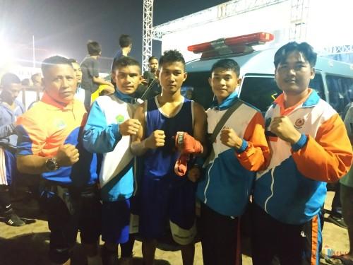 Atlet Tinju Kota Malang bersama pelatih sesaat setelah diumumkan mendapatkan tiga emas dalam ajang Porprov VI 2019 (Hendra Saputra)