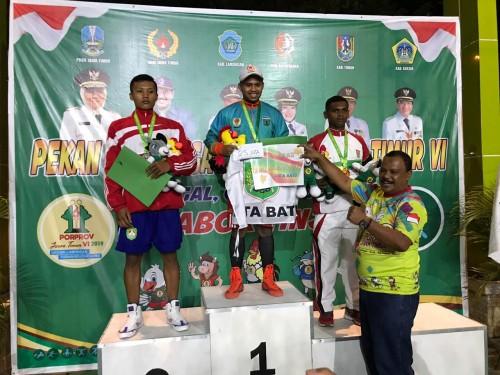 Atlet tinju Kota BatuRisky Satriya Sukma Putra Ngabalin saat berada di atas podium.