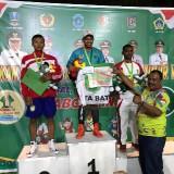 Atlet tinju Kota Batu�Risky Satriya Sukma Putra Ngabalin saat berada di atas podium.