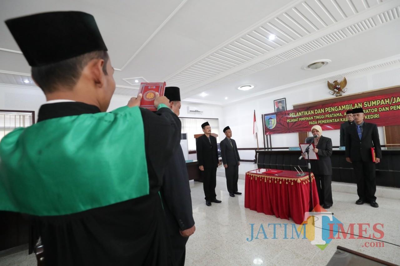 Bupati Kediri Hj Haryanti Sutrisno saat melantik 15 pejabat di Kantor Kabupaten Kediri  Eko Arif S /JatimTIMES)