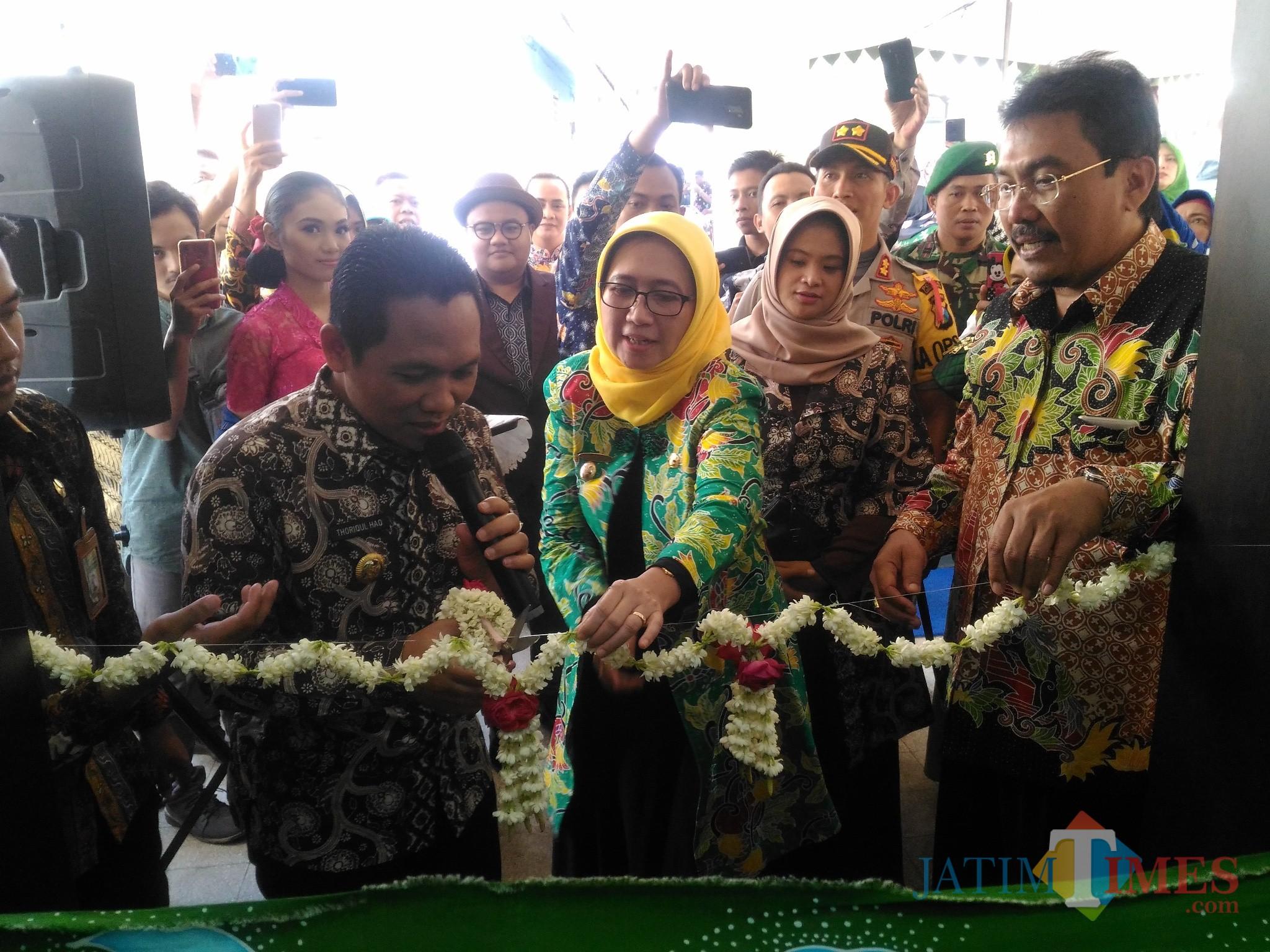 Bupati Lumajang H. Thoriqul Haq ketika meresmikan Graha Batik New Lataza (Foto : Moch. R. Abdul Fatah / Jatim TIMES)