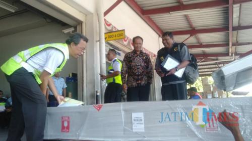 Camat Sumberbaru Dedy Winarno saat menjemput Jenazah TKI Jember di Bandara Juanda (foto : istimewa / Jatim TIMES)