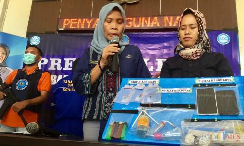 Kepala BNN Kota Batu AKBP Mudawaroh saat melakukan rilis di kantor BNN Kota Batu, Jumat (12/7/2019). (Foto: Irsya Richa/MalangTIMES)
