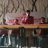 Koordinator Mahasiswa Abdur saat menggelar press rilis. (eko Arif s /JatimTimes)
