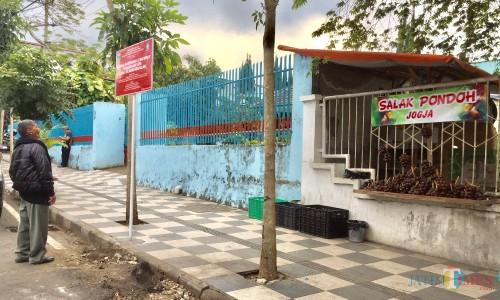 PKL yang masih berjualan di area zona merah jalan Panglima Sudriman. (Foto: Irsya Richa/MalangTIMES)