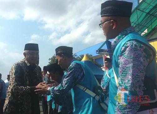 PLT Bupati Malang Sanusi saat menyalami para CJH Kabupaten Malang (Nana)