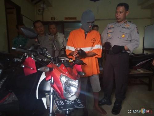 Pelaku yang sebelumnya dibekuk petugas di kawasan Jalan IR Rais saat beraksi (Anggara Sudiongko/MalangTimes)