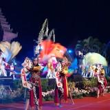 Pertunjukan Warna - Warni Khatulistiwa menjadi pembuka malam puncak Festival Panji Nusantara 2019 di Kota Malang (Arifina Cahyanti Firdausi/MalangTIMES)
