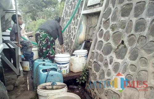 Warga mengantri air bersih di tahun lalu saat kekeringan melanda (dok MalangTIMES)