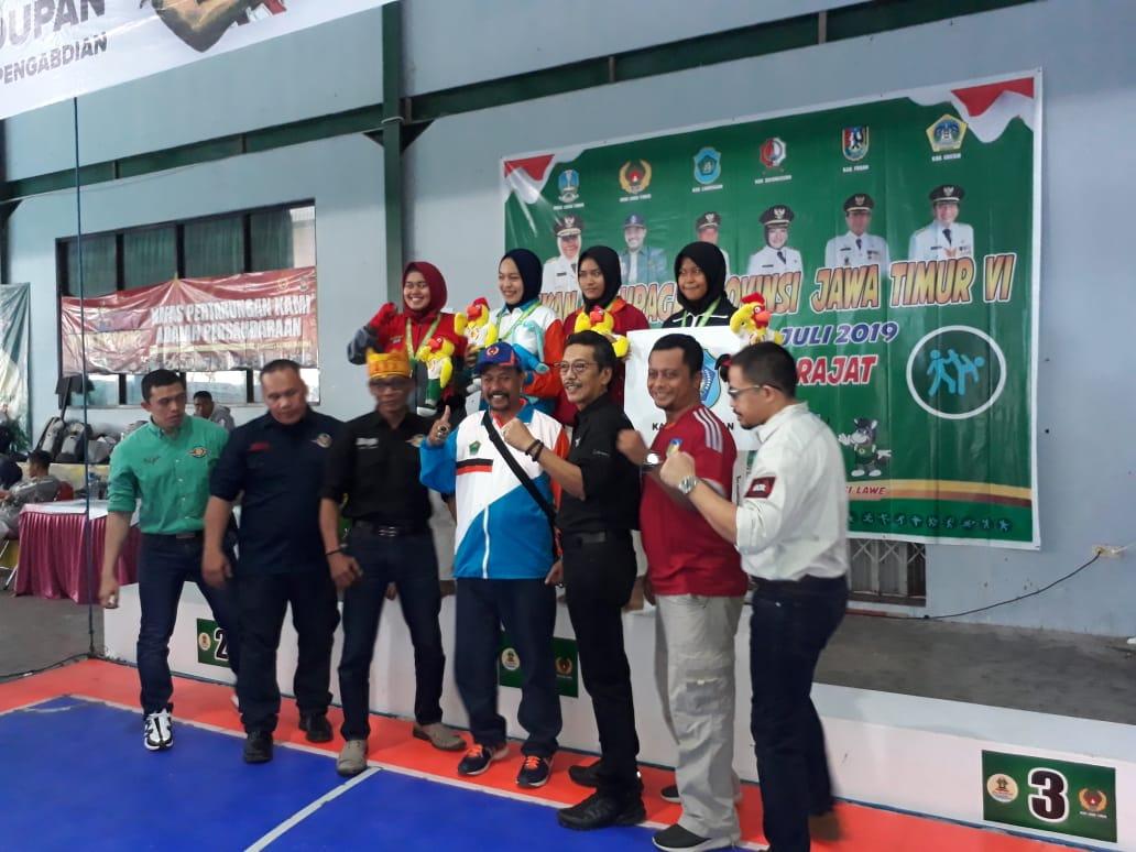 Atlet Tarung Drajat Kota Malang (tiga dari kanan atas) saat berfoto usai penyerahan medali (Humas KONI Kota Malang)