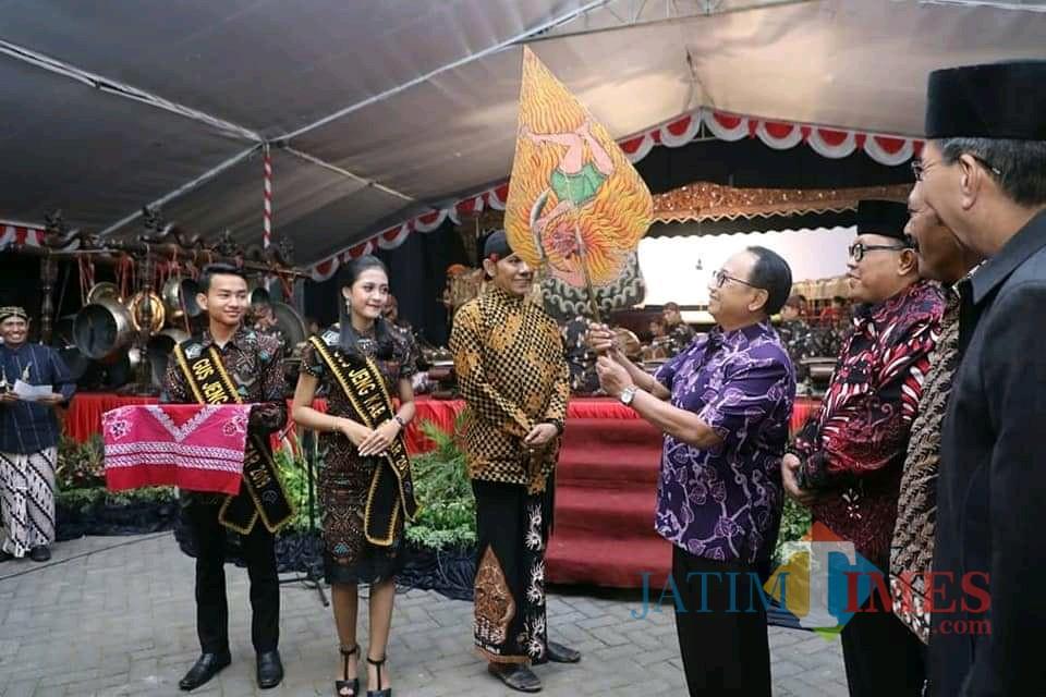 Bupati Blitar membuka pagelatan wayang kulit semalam suntuk di Penataran.(Foto : Malik Naharul/BlitarTIMES)