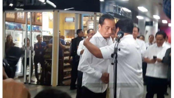 Jokowi dan Prabowo berpelukan sembari berjabat tangan. (Foto: istimewa)
