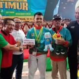 Ketua DPRD Kota Batu, Cahyo Edi Purnomo dan Wakil Wali Kota Batu Punjul Santoso saat memberikan bonus kepada peraih medali emas tarung drajat. (Foto: istimewa)